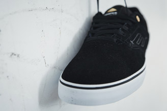 Skate shoe with seamless toe cap